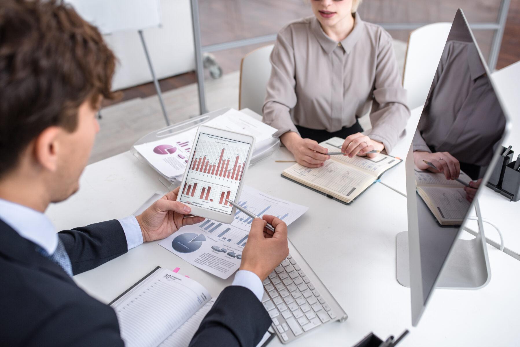 ludzie w biurze przeprowadzają analizę finansową